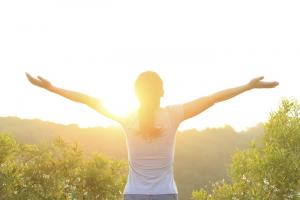 mujer-sol-energia-respiracion-naturaleza-paz-felicidad-feliz-alegria-meditacion-bienestar_mujima20140319_0029_29